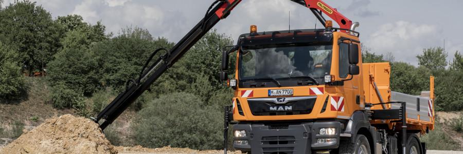 Questo MAN TGM 13.250 4x4 BL è utilizzabile in qualsiasi situazione grazie al  cassone ribaltabile e la gru removibile.