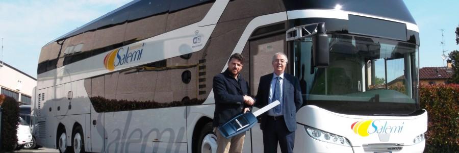 La consegna del NEOPLAN Skyliner alla Autoservizi Salemi Srl. Da sinistra: Giusep-pe Orlando, Area manager Bus Sud Italia di MAN Truck & Bus Italia e Gaspare Marino, Presidente di Autoservizi Salemi.