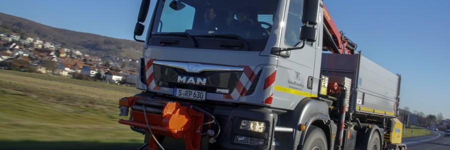 Il MAN TGM 13.290 4x4 in servizio come veicolo portattrezzi multifunzione per l'azienda che gestisce le risorse idriche del Presidio governativo di Stoccarda.