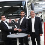 La simbolica consegna della chiave, da sinistra: Mario Partl, Head of Truck Sales and Internal Service Operation di MAN Sales Company Austria; Thomas Gerbl, Managing director Stiegl Getränke & Service GmbH & Co.KG; Thomas Müller, Production manager MAN Truck & Bus Austria.