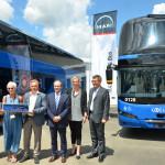 Alla presenza dei vertici di MAN Truck & Bus, Amalia Colaceci, Presidente di Cotral Spa, (seconda da sinistra) festeggia la consegna dell'ultimo lotto dei primi 40 NEOPLAN Skyliner.