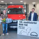 Il 100° MAN TGE modificato per il comune di Kümmersbruck, da sinistra: Michael Markus del MAN Bus Modification Center, Michael Reindl del comune di Kümmersbruck, André Körner del MAN BMC e Karin Pleli di Man Truck & Bus Deutschland.