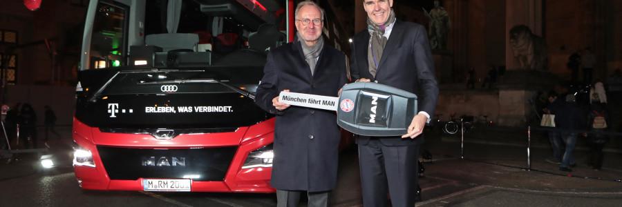 Joachim Drees, CEO di MAN Truck & Bus AG, ha consegnato la simbolica chiave del nuovo veicolo del team, a Karl-Heinz Rummenigge, Executive Board Chairman dell'FC Bayern München AG.