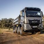 The new MAN TGS 35.500 four-axle truck with the NN cab as tipper truck. Der neue MAN TGS 35.500 Vierachser mit dem NN-Fahrerhaus als Kipper.
